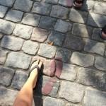 Fodspor fra fodsporsruten også kaldet I H. C. Andersens Fodspor. Her er fodsporene på brosten. Fodsporene illustrerer nogle fødder, der bruger en ualmindelig stor skostørrelse.