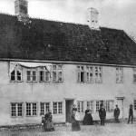 """Gråbrødre Hospital 1865. Bygningen lå på vestsiden af den nuværende Jernbanegade. Gråbrødre plads var ikke et hospital som vi kender det i dag. På dette sted plejede man fattige, og sindslidende blev indespærret i de såkaldte """"Dårekister"""". H.C. Andersens mor var indlagt på Doktors Boder - en del af hospitalet - fra 1825 til sin død i 1833."""