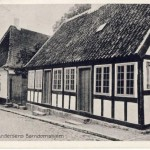 Fra H.C. Andersen var to til han blev fjorten år boede han i barndomshjemmet på Munkemøllestræde 3. I dag er barndomshjemmet og lejlighederne ved siden af omdannet til et lille museum. På gavlen af huset kan man desuden se den ældste og første mindeplade for H.C. Andersen. Den blev afsløret på digterens 70-års fødselsdag i 1875.