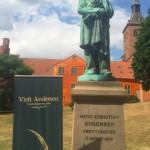 Den smukke statue af H.C. Andersen er placeret i Eventyrhaven bag Odense Domkirke.