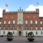 Odense Rådhus var på H.C. Andersens tid meget anderledes af udseende. Det var meget mindre og mere ydmygt. I kælderes under Rådhuset sad H.C. Andersens mormor indespærret, fordi hun havde født tre børn uden for ægteskab.