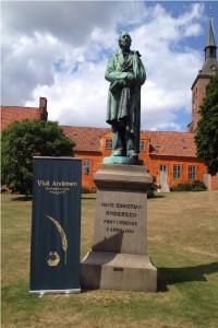 Statuen er i dag placeret bag Domkirken ved Odense Å.