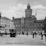 Da H.C. Andersen var barn fremstod Odense Rådhus meget anderledes af udseende - Meget mindre og mere ydmygt. I Rådhusets kælder sad H.C. Andersens mormoder indespærret, da hun havde født tre børn uden for ægteskab.