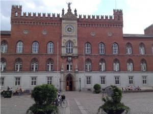 Udenfor Rådhuset er der i planterne spor af H.C. Andersen.