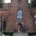 Skt. Hans Kirke ligger nær Odense Slot på Skt. Hans Plads