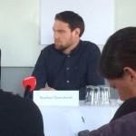 Stephan Thanscheidt ved langbordet på Odense Rådhus til præsentationen af Tinderbox Fesitval